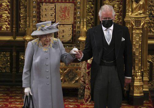 Für die Queen war es der erste große öffentliche Auftritt seit dem Tod ihres Mannes Prinz Philip. Prinz Charles begleitete sie. ap