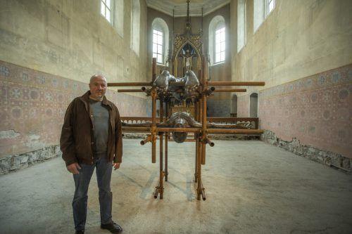 Geeigneter Ort: Lois Anvidalfarei mit einer Arbeit in der Johanniterkirche.
