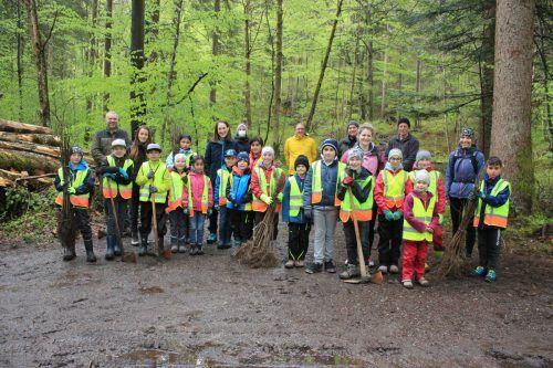 Gemeinsam mit Waldexperten und Gemeindemitarbeitern ging es für die Schüler der VS Lorüns gestern in den Wald.VN/JS