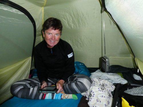 Gemütlicher Abend im Zelt mit ihrem E-Reader.
