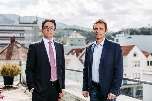 Geschäftsführer Marco Ebnicher und Rechtsanwalt Tobias Gisinger stellen die Weichen für die zukünftige Entwicklung des Unternehmens. freiform
