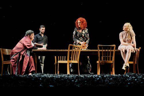 """Günter Alt, Luzian Hirzel, Katharina Uhland und Vivienne Causemann in """"Alle meine Söhne"""" von Arthur Miller am Vorarlberger Landestheater.LT/köhler"""