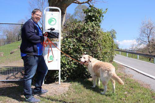 """Hans-Jürgen Gasser mit seinem Golden Retriever George bei der neuen """"Dog Station"""" im Unterdorf. nam"""
