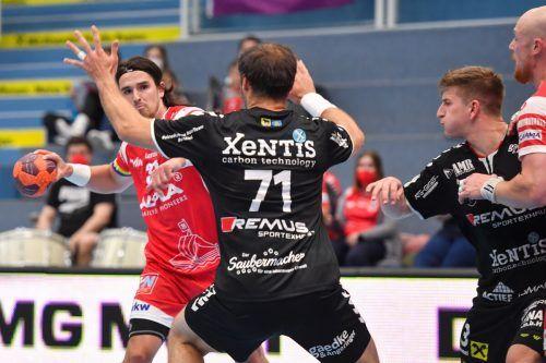 Hard-Goalgetter Ivan Horvat (mit Ball) erzielte in den bisherigen drei Saisonduellen gegen Bärnbach/Köflach bereits 19 Tore.GEPA
