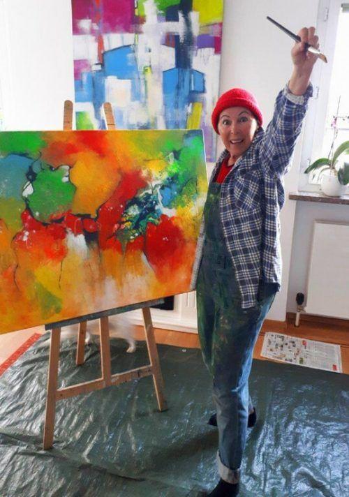 Hobbykünstlerin Monika Gstach mit einigen ihrer unzähligen Öl- und Acryl-Bilder.VN/Knobel