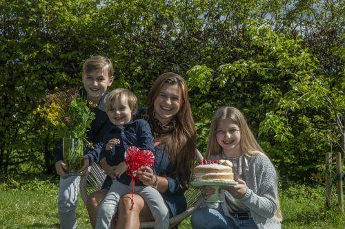 Hugo, Lukas und Anna (v.l.) freuen sich mit Mama Gabriele auf den Sonntag.vn/paulitsch