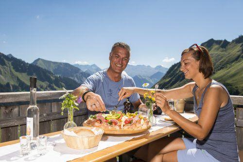 Im Klostertal, Brandnertal und Großes Walsertal kann man sich von Juni bis Oktober auf verschiedenen Wegen kulinarisch verwöhnen lassen.Alexander Kaiser