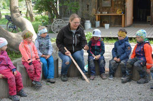 Im Morgenkreis wurden die Kinder auf das Thema vorbereitet und ihnen wurde der Umgang mit der Zange erklärt. bvs (3)