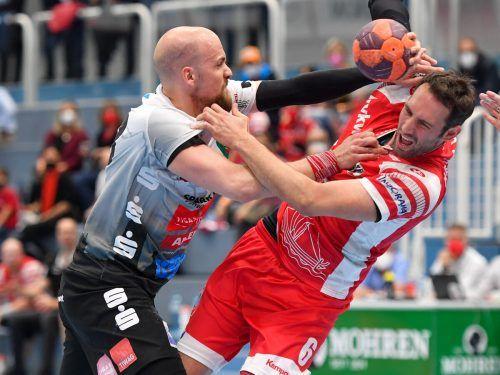 In einem hochdramatischen Spiel behielten Dominik Schmid (r.) und Hard gegen Schwaz im ersten Halbfinale nach zwei Verlängerungen mit 35:31 die Oberhand.GEPA