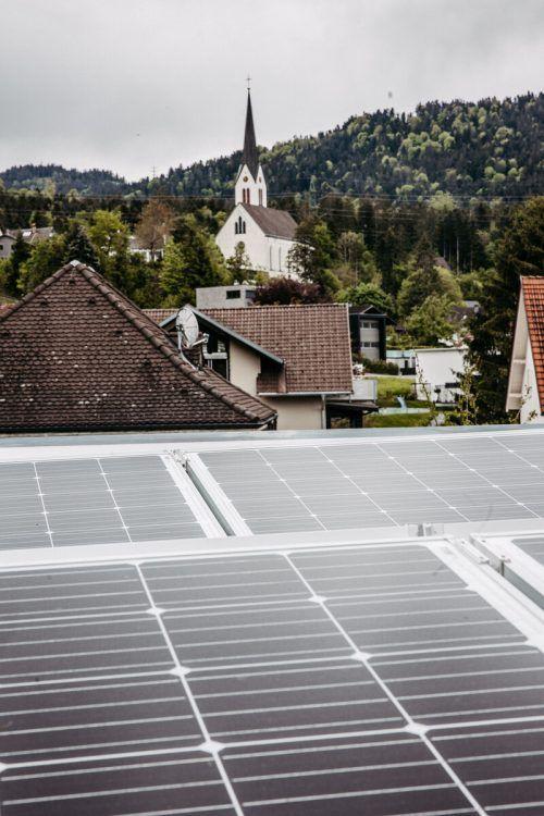 In Kennelbach wird auch auf dem Dach des Kinderhauses Strom produziert. VLK/Sams