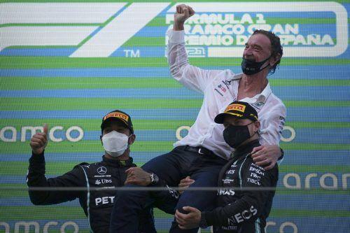 Ineos-Chef und Sponsor James Ratcliff feierte in Spanien mit Lewis Hamilton und Valtteri Bottas. ap