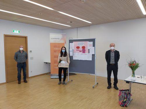 Irina Amann mit Lehrgangsleiter Peter Johannes Jäger und seinem Stellvertreter Christof Fuchs nach der Abschlussprüfung. connexia