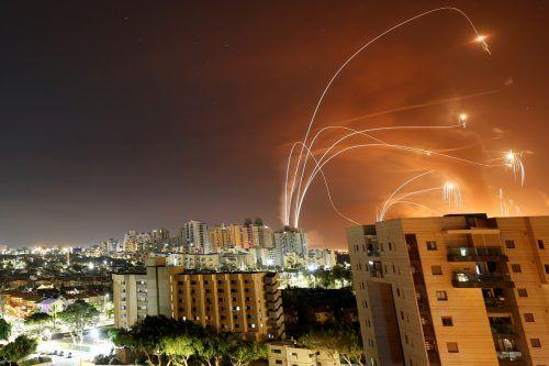 """Israels Abwehrsystem """"Eisenkuppel"""" fängt vom Gazastreifen aus abgefeuerte Raketen ab. Das Foto stammt aus Aschkelon. reuters"""