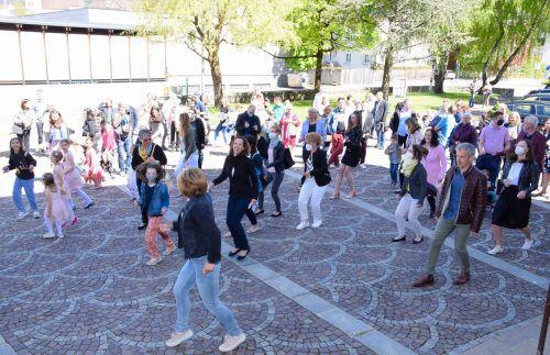 """Jerusalema Dance"" am Kirchplatz der Heilig-Kreuz-Kirche Bludenz.Gerhard scopoli"