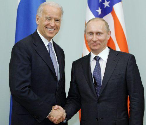 Joe Biden (l.) und Wladimir Putin 2011 bei einem Treffen in Moskau. AFP