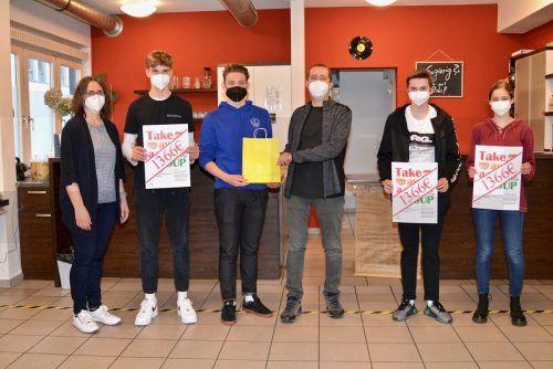 Lukas, Nikolai und Tobias und Johanna übergaben stellvertretend für die 24 Frastanzer Firmlinge den Spendenscheck an Peter Wieser vom Caritas Café in Feldkirch. ionian