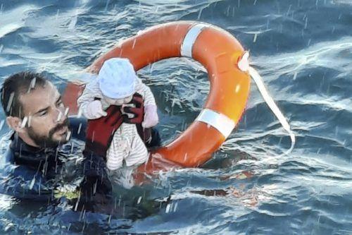 Juan Francisco Valle von der spanischen Polizeieinheit Guardia Civil hat ein wenige Monate altes Baby vor dem Ertrinken gerettet. AP