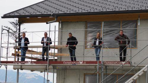 Jürgen Matt (Bau – und Leanmanager), Gerhard Tschabrun (Bauträger), Bürgermeister Walter Rauch, Julia Zudrell (Bauleiterin) und Christian Zottele (Architekt) bei der kleinen Firstfeier. Egle
