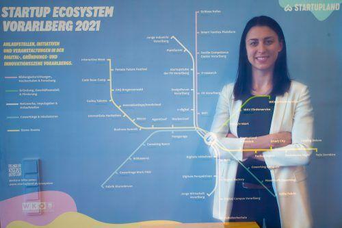 Julia Grahammer vor dem Busnetz, das die Anlaufstellen und Initiativen in der Digital-, Gründungs- und Innovationsszene aufzeigt.vn/steurer