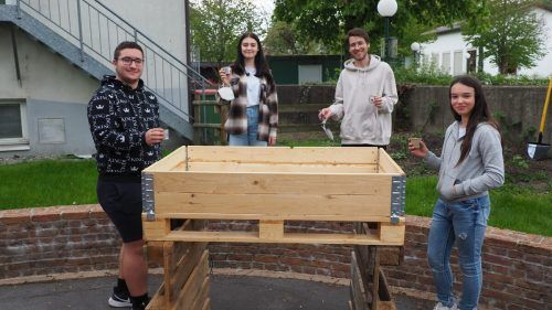 Auch beim Generationengarten im Sozialzentrum Altach mischt die Offene Jugendarbeit tatkräftig und mit Erfolg mit.Egle