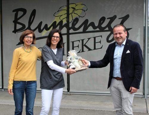 Jutta Krause-Gröbner tritt in die Fußstapfen ihrer Mutter Brigitte Gröbner und leitet ab 1. Juni die Blumenegg-Apotheke in Thüringen. Bürgermeister Harald Witwer gratulierteVN/js