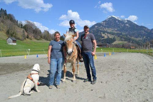 Karoline Deuring wird von ihrem Mann Thomas Jung und ihrer Tochter Kiara-Maria bei der Umsetzung ihres Lebenstraums kräftig unterstützt (hier mit Ghosty, der ebenfalls eine eigene Persönlichkeit aufweist).