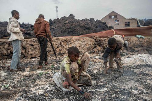 Kinder spielen mit Lava in Kongo. Kochende Lava kam am Stadtrand von Goma zum Stillstand und bewahrte die Stadt so vor einer Katastrophe. AFP