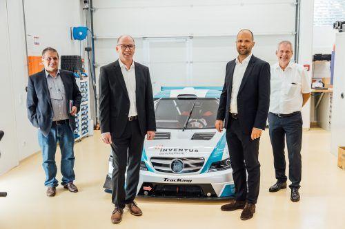 KMU-Unternehmer des Jahres Stefan Battlogg mit Juroren beim Betriebsbesuch. VN/Sams