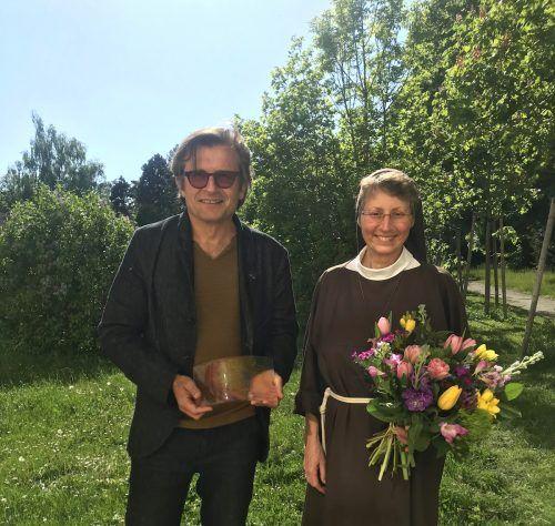 Künstler Marbod Fritsch mit Äbtissin Schwester Rita-Maria im Garten des Kardinal König Hauses in Wien. yas