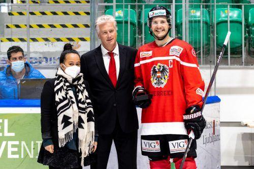 Manuel Ganahl bestritt gegen die Ukraine sein 100. Länderspiel, Verbandsvertreterin Tamara Steiner und Teamchef Roger Bader gratulierten.gepa