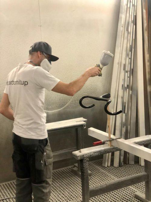 Marcel Summer kümmert sich in seiner Firma in Dornbirn um ganz spezielle Karbonteile für Rennräder.VN