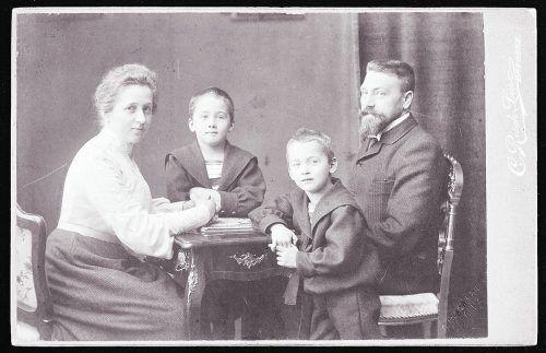 Marie, Norbert, Hubert und Arthur Bertolini. Marie, geb. Rhomberg verstarb mit nur 42 Jahren am 3. Juni 1913.