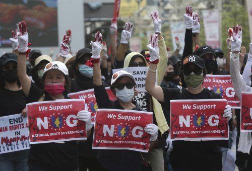 Menschen aus Myanmar, die in Taiwan leben, protestieren in Taipei gegen die Militärherrschaft in ihrer früheren Heimat. AP