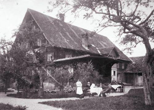 Mina Loacker (links) mit Vater und Gästen 1904 im Rankweiler Schützengarten.
