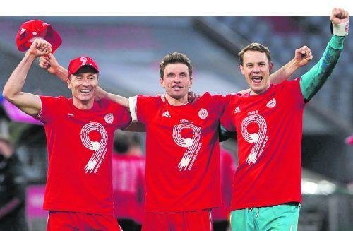 Mit dem großen Neuner auf der Brust zur - aufgrund der Pandemie erneut - eher kleineren Meisterfeier: Robert Lewandowski, Thomas Müller und Manuel Neuer (von links).AFP