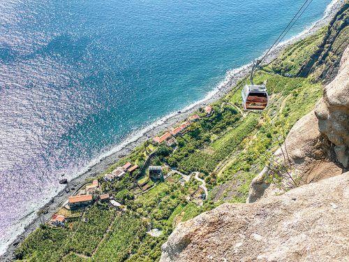 Mit der Seilbahn geht es fast senkrecht bergab auf die Landzunge Fajã dos Padres.