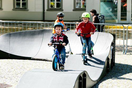 Mit Mountainbike, Roller oder Ähnlichem wagten sich Groß und Klein auf die wellige Bahn und hatten sichtlich Spaß dabei. Marktgemeinde