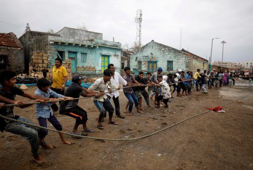 """Mit vereinten Kräften bewegen diese Menschen im indischen Navabandar ein Boot, welches von Zyklon """"Tauktae"""" beschädigt wurde. reuters"""