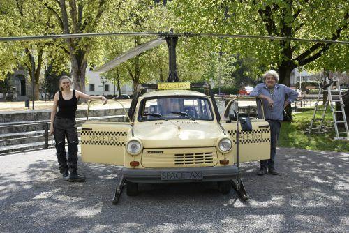 Mona und Günther Blenke mit ihren Spacetaxi auf dem Schlossplatz.Stadt