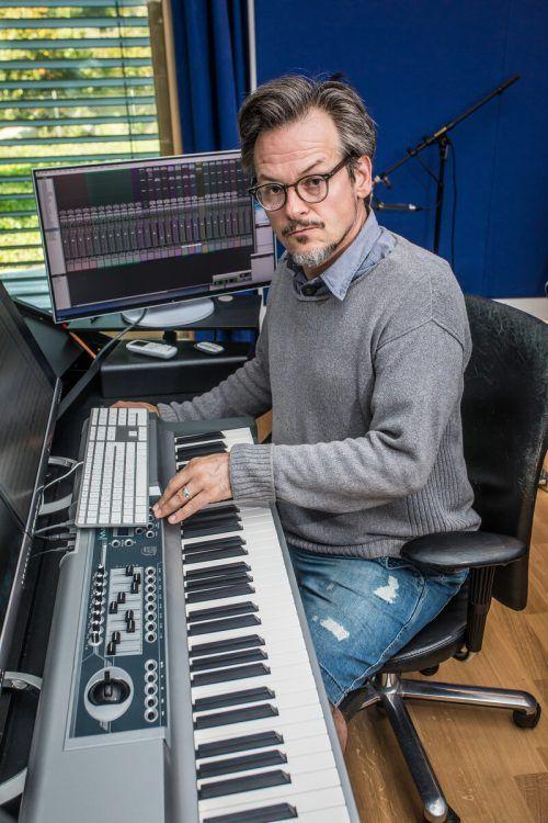 Musiker und Komponist Marcus Nigsch in seinem Studio. VN/PS