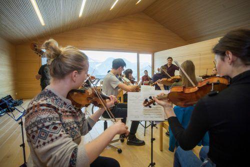 Musikerinnen und Musiker der Quarta 4 Länder Jugendphilharmonie bei Proben mit Christoph Eberle.VN/RP