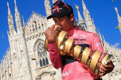 Nach seinem zweiten Sieg in einer großen Radrundfahrt umarmt Maglia-Rosa-Träger Ergan Bernal den Siegerpokal in Mailand.Bettini