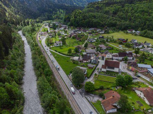 Nach über 40 Jahren zeichnet sich in Lorüns nun tatsächlich eine realisierbare Lösung in Sachen Ortsumfahrung ab. Dafür tauschen Bahntrasse und Landesstraße den Platz. VN/PS