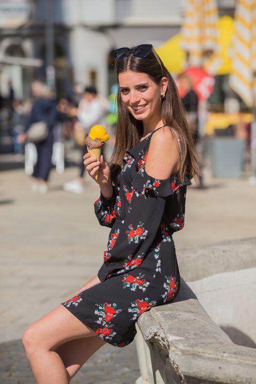 Nina aus Höchst lässt sich am Dornbirner Marktplatz ein köstliches Eis schmecken.