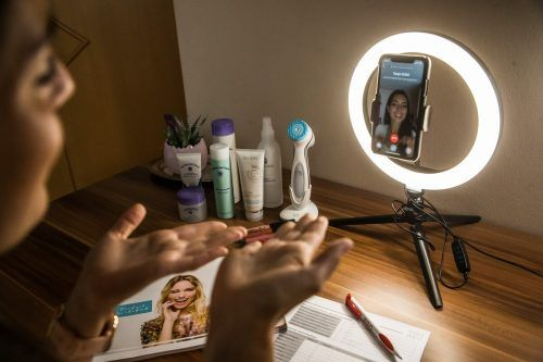 Nina Wolf ist neben ihrem Studium als Hautberaterin tätig.