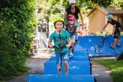 Ob Fahrrad oder Scooter – das Fahren über die wellige Bahn macht Spaß.Parkitect
