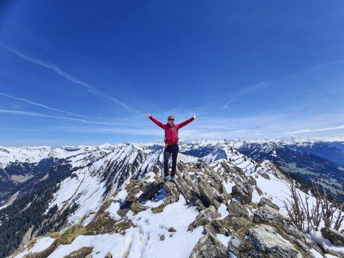 Oben Winter, unten Frühling: Vom Hochgerach hat man einen Weitblick auf schneebedeckte Berge der umliegenden Gebirge.Oliver Ihring