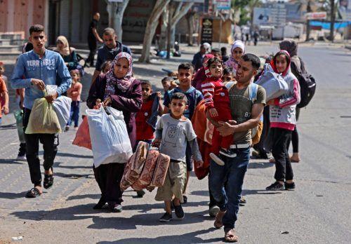 Palästinenserfamilien flohen mit hastig gepackten Habseligkeiten.AFP