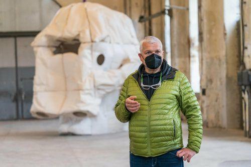 """Peter Sandbichler mit der Installation """"Skull#6""""."""