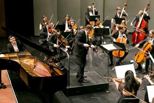 Pianist Aaron Pilsan mit dem Symphonieorchester Vorarlberg unter der Leitung von Nicholas Milton. sov/mathis